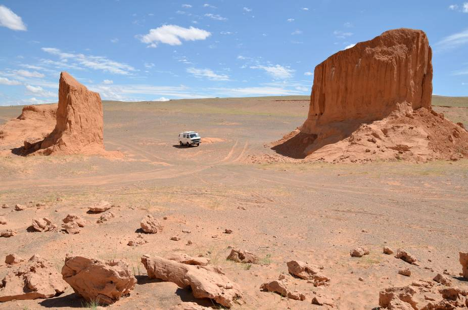 <strong>10. Deserto de Gobi, na Mongólia</strong>Passear pelo maior deserto da Ásia é se desligar do mundo por alguns dias, viajar em uma interminável planície sem estradas, confiando plenamente no senso de direção do seu guia, sem acesso a telefone e internet. Mas o visual dos rochedos faz o sacrifício valer a pena