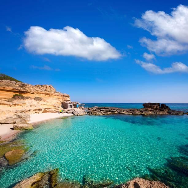 """<strong><a href=""""http://viajeaqui.abril.com.br/cidades/espanha-formentera"""" rel=""""Formentera"""" target=""""_self"""">Formentera</a>, Ilhas Baleares, <a href=""""http://viajeaqui.abril.com.br/paises/espanha"""" rel=""""Espanha"""" target=""""_self"""">Espanha</a> </strong>                    Conhecida como o último paraíso do Mediterrâneo, essa bela ilha só pode ser acessada através de um barco, que parte de <a href=""""http://viajeaqui.abril.com.br/cidades/espanha-ibiza"""" rel=""""Ibiza"""" target=""""_self"""">Ibiza</a>. A região toda, que abriga 20 km de praia, é marcada por um profundo respeito pela natureza, com iniciativas que visam sua proteção. O trecho da <strong>Caló des Mort</strong> marca as paisagens locais, cercada por águas azul-turquesa e rochas                    <em><a href=""""http://www.booking.com/region/es/formentera.pt-br.html?sid=5b28d827ef00573fdd3b49a282e323ef;dcid=1?aid=332455&label=viagemabril-as-mais-belas-praias-do-mediterraneo"""" rel=""""Veja preços de hotéis em Formentera no Booking.com"""" target=""""_blank"""">Veja preços de hotéis em Formentera no Booking.com</a></em>"""