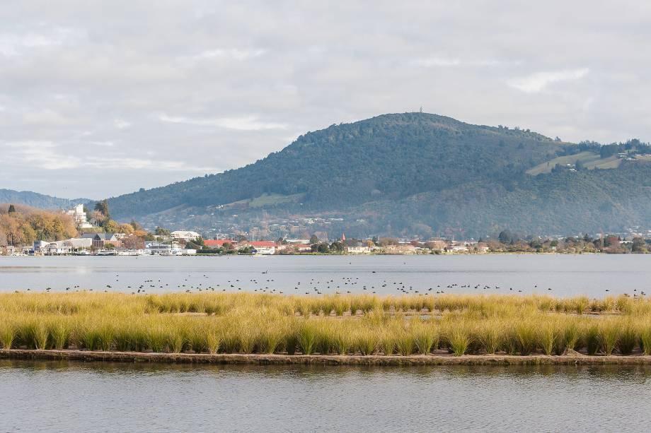 """<strong><em><a href=""""http://viajeaqui.abril.com.br/cidades/nova-zelandia-rotorua"""" target=""""_blank"""" rel=""""noopener"""">Rotorua</a></em>-</strong>A palavra Rotorua significa """"dois lagos"""" em maori e a região está cercada por mais de 10 lagos, entre eles os sagrados Green Lake e Blue Lake. Na cidade, o lago Rotorua (foto) – o segundo maior da Ilha Norte, com 80 km² -, é um dos cartões postais do local. O lago se formou na cratera de um imenso vulcão e é rodeado por diversas lendas maoris, entre elas a do casal Hinemoa e Tutanekai, que viveram uma história de amor entre a Mokoia Island, localizada no centro do lago, e Rotorua. Próximo ao lago é possível encontrar também casas de banho com águas termais"""