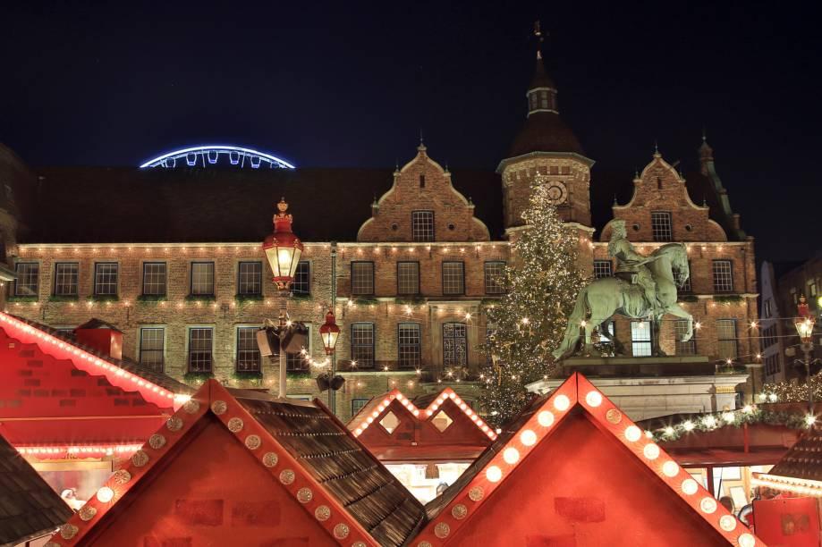"""<strong>4. <a href=""""http://viajeaqui.abril.com.br/cidades/alemanha-dusseldorf"""" rel=""""Düsseldorf"""" target=""""_blank"""">Düsseldorf</a></strong>O mercado de Natal de Düsseldorf está dividido em dois: de um lado um mercado de rua onde se encontram quinquilharias que vão de enfeites natalinos, velas, típicos bonecos artesanais em madeira, brinquedos, comida popular, doces, chocolates, marzipã, maçãs assadas. Do outro lado há elegantíssimas (e caríssimas) boutiques das grifes mais famosas do mundo, situadas ao longo da charmosa Königsallee (Alameda dos Reis). A feérica iluminação das castanheiras gigantes que bordeiam toda a alameda às margens do rio Reno é um espetáculo à parte. Na foto, telhados decorados do Mercado de Natal de Dusseldorf<a href=""""http://www.booking.com/city/de/dusseldorf.pt-br.html?aid=332455&label=viagemabril-natalalemanha"""" rel=""""Veja hotéis emDüsseldorf no booking.com"""" target=""""_blank""""><em>Veja hotéis emDüsseldorf no Booking.com</em></a>"""
