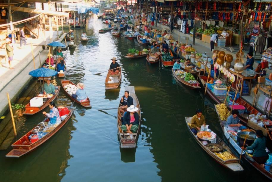 """<a href=""""http://viajeaqui.abril.com.br/cidades/tailandia-bangcoc"""" target=""""_blank"""" rel=""""noopener""""><strong>Bangcoc – Tailândia</strong></a>Muitas das atrações mais importantes da cidade acontecem ás margens do rio Chao Phraya. Seus canais já não mais usados como vias de transporte, hoje eles dão lugar aos mercados flutuantes que são uma das atrações mais procuradas pelos turistas.<a href=""""http://www.booking.com/city/th/bangkok.pt-br.html?aid=332455&label=viagemabril-venezasdomundo"""" target=""""_blank"""" rel=""""noopener""""><em>Busque hospedagens em Bangcoc no booking.com</em></a>"""