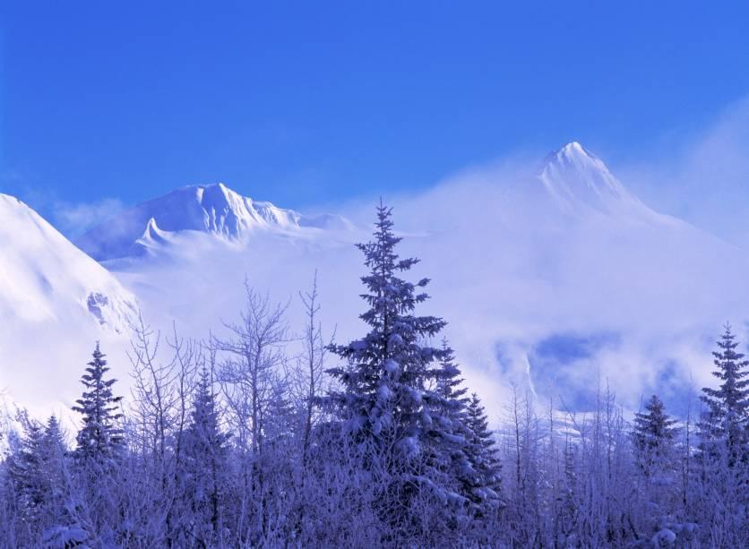 """As <strong>Chugach Mountains</strong> são paisagens típicas do estado, com mais 4 mil metros de altura. Dentro de sua área, o <strong>Portage Valley</strong> funciona como um canal que se conecta a Kenai    <em><a href=""""http://www.booking.com/city/us/kenai.pt-br.html?sid=5b28d827ef00573fdd3b49a282e323ef;dcid=1?aid=332455&label=viagemabril-paisagens-do-alasca"""" rel=""""Veja preços de hotéis em Kenai no Booking.com"""" target=""""_blank"""">Veja preços de hotéis em Kenai no Booking.com</a></em>"""