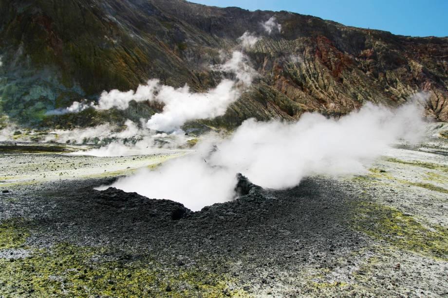 <em><strong>White Island </strong></em><span>-</span><strong></strong>É possível visualizar o vapor emanado a quilômetros de altura e sentir o odor do enxofre por toda a ilha