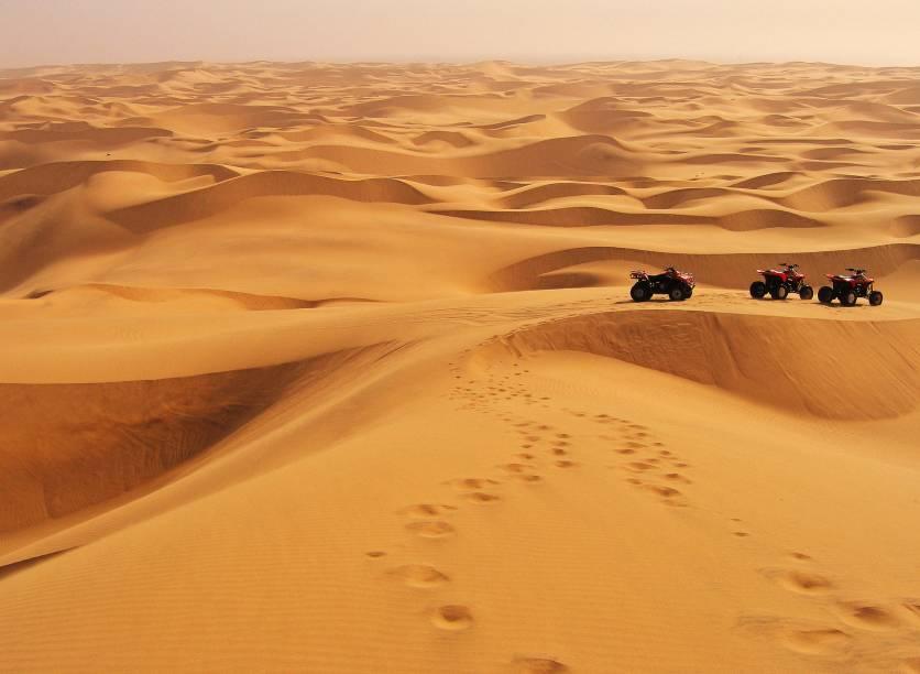<strong>1. Deserto da Namíbia</strong>                                                É claro que o local de gravação de Mad Max é a nossa primeira indicação. É possível que esse deserto, que abrange uma faixa litorânea de quase 2 mil quilômetros, no sudoeste da África, seja o mais antigo do planeta. Pesquisas indicam que o terreno árido tenha surgido entre 55 e 80 milhões de anos atrás