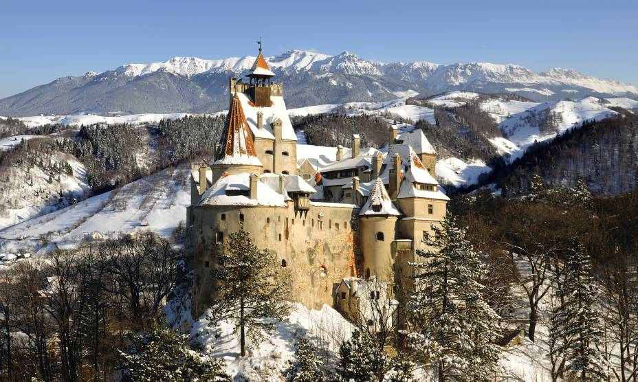"""Gastronomia peculiar, paisagens bucólicas e povo acolhedor. A Romênia é um dos países que mais se aproximam dos latinos quando o assunto é simpatia, visto que seus moradores prezam pelo contato. Aqui, vale visitar o Castelo de Bran, na Transilvânia, inspirado pelo Conde Drácula e conhecido pela atmosfera enigmática.<a href=""""http://www.booking.com/city/ro/brasov.pt-br.html?sid=efe6c9de408bb8d78e20e017e616e9f8;dcid=4?aid=332455&label=viagemabril-lesteeuropeu"""" target=""""_blank"""">Veja hotéis próximos à Transilvânia no Booking.com</a>"""