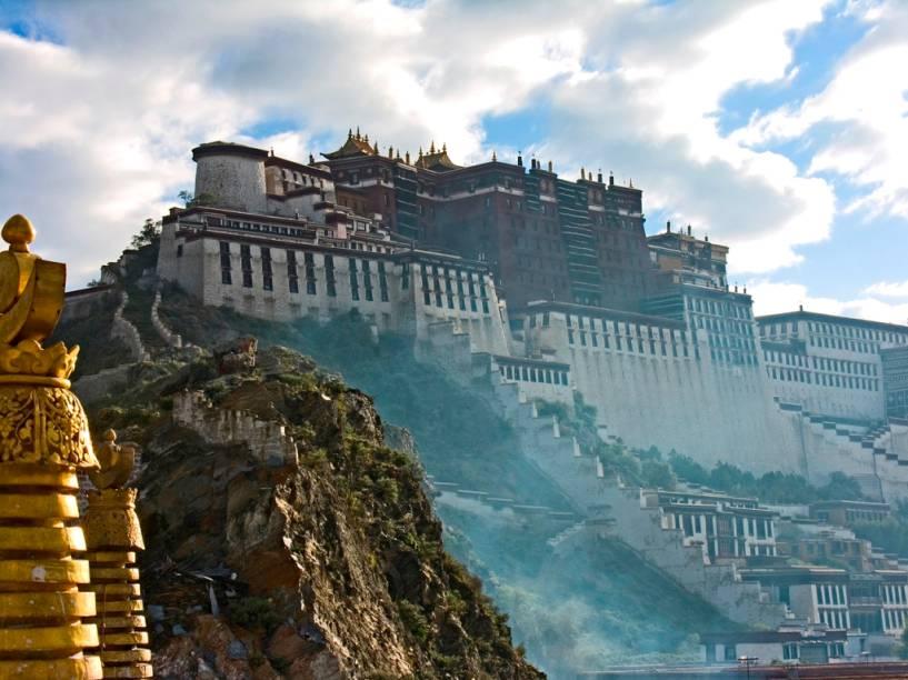 <strong>Lhasa, Tibete</strong><br />O sagrado Potala, palácio dos dalai-lamas, hoje encontra-se vazio. Ao menos espiritualmente, já que o líder político e espiritual do Tibete vive no exílio desde a década de 1950. Mesmo assim, a poderosa imagem do maciço castelo-mosteiro é uma benção para seus seguidores, que aqui oram, talvez, pelo dia do retorno do Oceano de Sabedoria.<br />
