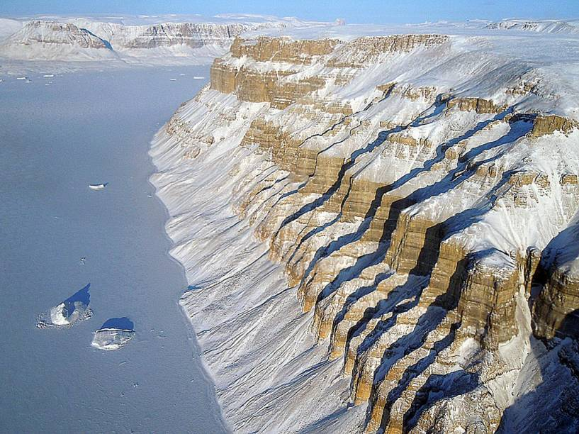 "<strong>Groenlândia</strong> Penhascos próximos a Thule, uma base aérea que fica a meio caminho entre o Círculo Polar Ártico e o Pólo Norte.<a href=""https://www.booking.com/searchresults.pt-br.html?aid=332455&lang=pt-br&sid=eedbe6de09e709d664615ac6f1b39a5d&sb=1&src=index&src_elem=sb&error_url=https%3A%2F%2Fwww.booking.com%2Findex.pt-br.html%3Faid%3D332455%3Bsid%3Deedbe6de09e709d664615ac6f1b39a5d%3Bsb_price_type%3Dtotal%26%3B&ss=Groenl%C3%A2ndia&ssne=Ilhabela&ssne_untouched=Ilhabela&checkin_monthday=&checkin_month=&checkin_year=&checkout_monthday=&checkout_month=&checkout_year=&no_rooms=1&group_adults=2&group_children=0&from_sf=1&ss_raw=Groenl%C3%A2ndia&ac_position=0&ac_langcode=xb&dest_id=84&dest_type=country&search_pageview_id=290671adc2fb02de&search_selected=true&search_pageview_id=290671adc2fb02de&ac_suggestion_list_length=2&ac_suggestion_theme_list_length=0"" target=""_blank"" rel=""noopener""><em>Busque hospedagens na Groenlândia no Booking.com</em></a>"