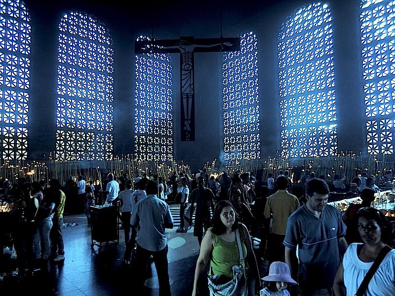 Fiéis visitam a basílica de Nossa Senhora Aparecida, na cidade de Aparecida do Norte, interior de São Paulo.