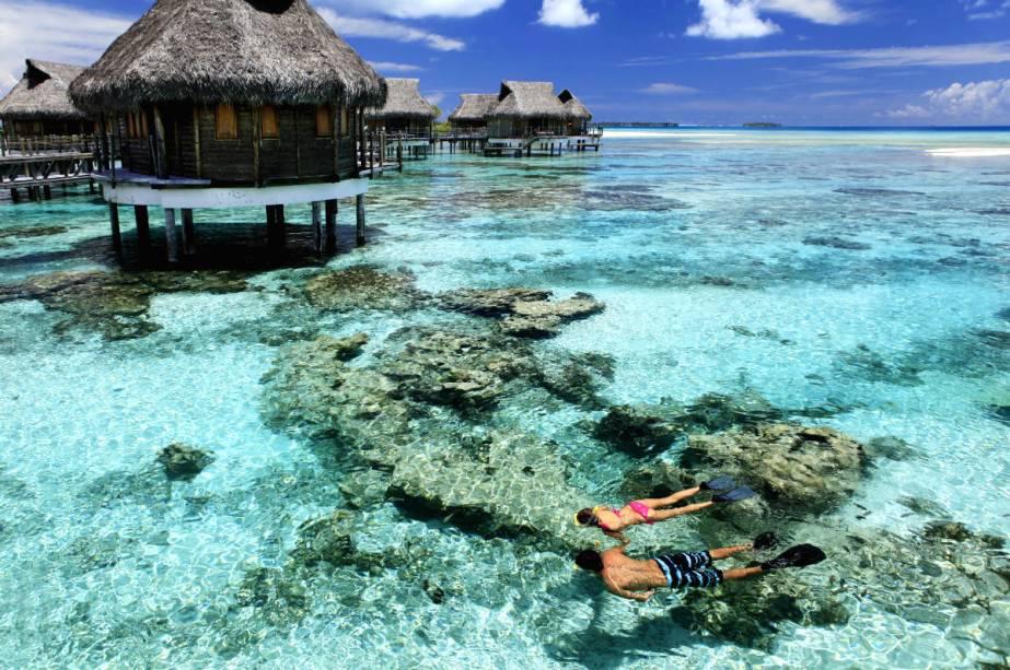 """<strong><a href=""""http://www.booking.com/hotel/pf/tikehau-pearl-beach-resort.pt-br.html?aid=332455&label=viagemabril-hoteisflutuantes"""" rel=""""Tikehau Pearl Beach Resort"""" target=""""_blank"""">Tikehau Pearl Beach Resort</a> – Tikehau (Polinésia Francesa)</strong>Este paraíso do Pacífico fica em Tikehau, um atol de corais na Polinésia Francesa. O resort Tikehau Pearl Beach possui 24 suítes e bangalôs sobre a água, além de 13 praias em uma bela ilha privada"""
