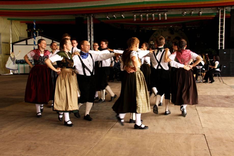 Apresentação de dança típica alemã na Festa do Imigrante de Timbó