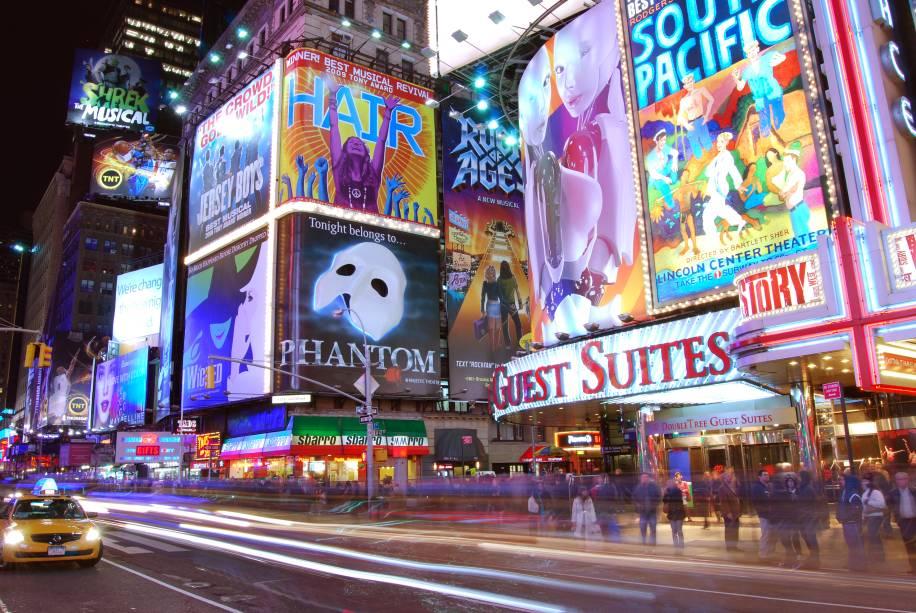 """<strong>12. <a href=""""http://viajeaqui.abril.com.br/estabelecimentos/estados-unidos-nova-york-atracao-broadway"""" rel=""""Broadway"""" target=""""_blank"""">Broadway</a></strong>Lojas, teatros e restaurantes povoam uma das atrações mais tradicionais da cidade. Mesmo no inverno, vale a pena fazer um passeio por aqui e, se possível, entrar em um teatro quentinho para assistir a um de seus grandiosos e memoráveis musicais em cartaz"""