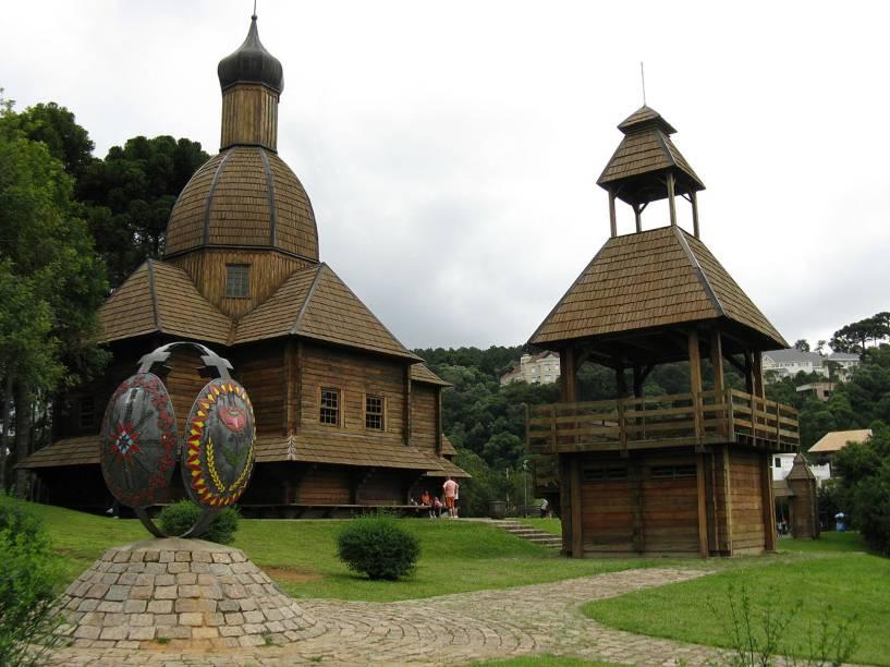"""<strong><a href=""""http://viajeaqui.abril.com.br/estabelecimentos/br-pr-curitiba-atracao-parque-tingui"""" rel=""""Parque Tingui"""">Parque Tingui</a>:</strong> pequeno, tem ciclovia, bosque e o Memorial Ucraniano (terça a domingo, das 10h às 18h) , com réplica de uma igreja ortodoxa eslava. Na loja de artesanato típico, repare nas pêssankas, ovos pintados à mão. Avenida Fredolin Wolf (Pilarzinho). Funciona 24horas"""