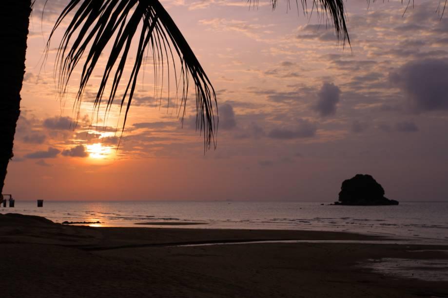 """<strong>Tioman Island, <a href=""""http://viajeaqui.abril.com.br/paises/malasia"""" rel=""""Malásia"""" target=""""_self"""">Malásia</a></strong>A pequena ilha é cercada por uma densa floresta, praticamente inabitada, e repleta de recife de corais, o que atrai mergulhadores. Suas águas, de um tom azul intenso e límpido, convidam a passeios de barco<em><a href=""""http://www.booking.com/city/my/tioman-beach.pt-br.html?aid=332455&label=viagemabril-praias-da-malasia-tailandia-indonesia-e-filipinas"""" rel=""""Veja preços de hotéis em Tioman Island no Booking.com"""" target=""""_blank"""">Veja preços de hotéis em Tioman Island no Booking.com</a></em>"""