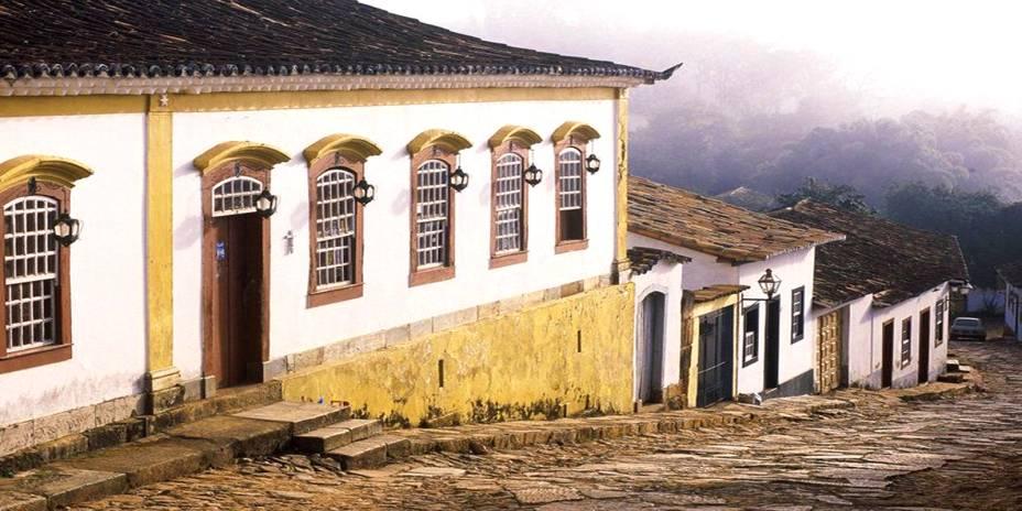 """<strong><a href=""""http://viajeaqui.abril.com.br/cidades/br-mg-tiradentes"""" target=""""_self"""">Tiradentes</a>, <a href=""""http://viajeaqui.abril.com.br/estados/br-minas-gerais"""" target=""""_self"""">Minas Gerais</a></strong> Antiga Vila de São José do Rio das Mortes, pertencente ao Ciclo do Ouro no Estado, Tiradentes é uma das cidades históricas mais bem conservadas do país. O destino valoriza muito o turismo religioso, com igrejas bem conservadas e o <a href=""""http://viajeaqui.abril.com.br/estabelecimentos/br-mg-tiradentes-atracao-museu-da-liturgia"""" target=""""_self"""">Museu da Liturgia</a>. Mas não é só isso que chama a atenção: o passeio de charrete por suas ruas de pedras encanta famílias com crianças. Seu forte, no entanto, é na gastronomia, com restaurantes estrelados e repletos de pratos bem elaborados que valorizam a culinária mineira - como o <a href=""""http://viajeaqui.abril.com.br/estabelecimentos/br-mg-tiradentes-restaurante-pau-de-angu"""" target=""""_self"""">Pau de Angu</a> <em><a href=""""http://www.booking.com/city/br/tiradentes.pt-br.html?aid=332455&label=viagemabril-cidades-historicas-do-brasil"""" target=""""_blank"""">Veja preços de hotéis em Tiradentes no Booking.com</a></em>"""