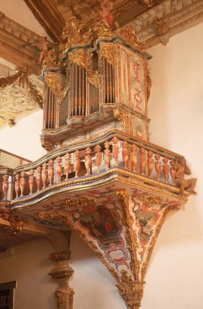 Órgão português de 1788, com fileiras de tubos e pinturas em estilo rococó, daIgreja Matriz de Santo Antônio, a principal deTiradentes
