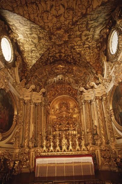 O interior da Igreja Matriz de Santo Antônio tem altar de talha dourada em estilo barroco, lustre de prata e teto feito de madeira e ouro
