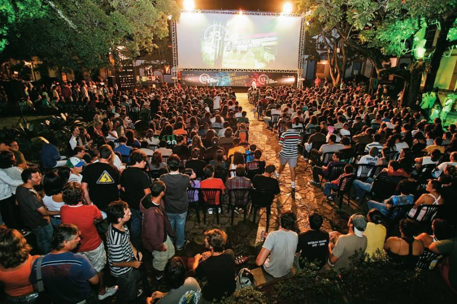Sessão aberta da Mostra de Cinema de Tiradentes, no Cine Praça, espaço montado ao ar livre no Largo das Forras, no Centro Histórico
