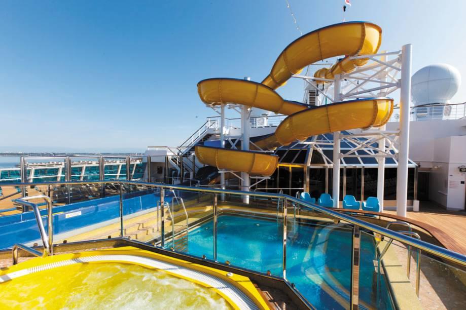 Tobogã na piscina faz a alegria das crianças a bordo