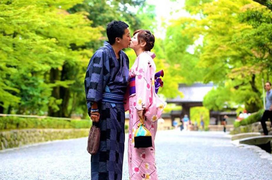 Japoneses se beijam em parque de Tóquio para o projeto 100 World Kisses, do fotógrafo Ignacio Lehmann