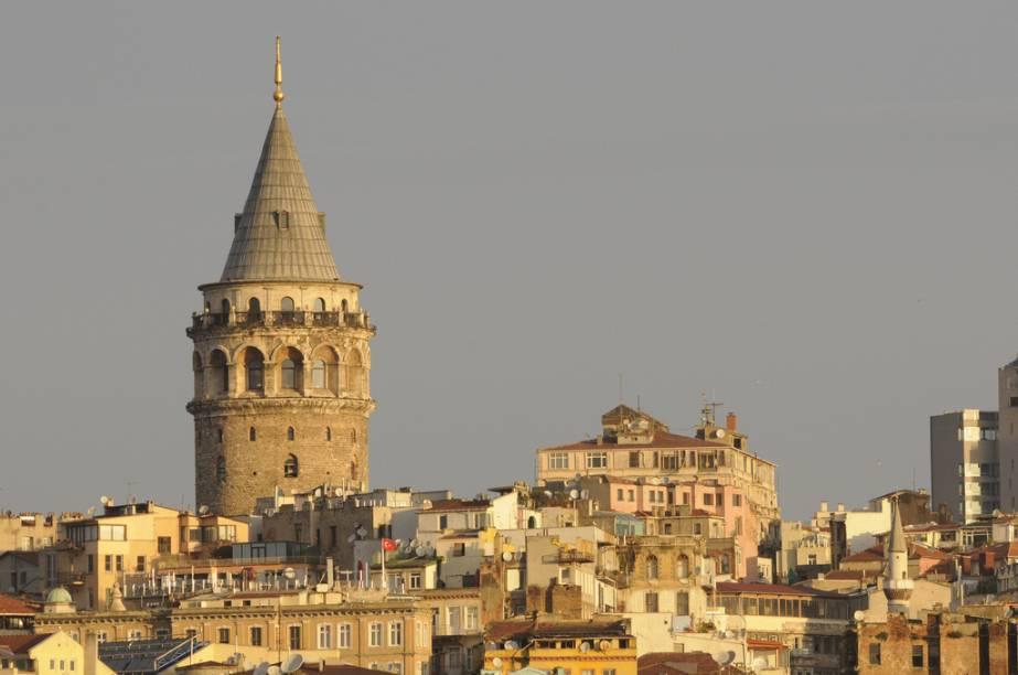 A Torre de Gálata domina o horizonte na região e é um dos pontos mais altos da cidade; é possível subir e ter uma visão panorâmica de Istambul