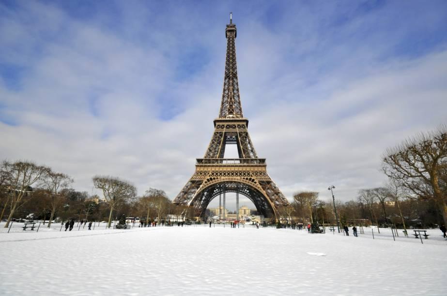 """A <a href=""""http://viajeaqui.abril.com.br/estabelecimentos/franca-paris-atracao-torre-eiffel"""" rel=""""Torre Eiffel"""" target=""""_blank"""">Torre Eiffel</a> segue firme e forte como o principal cartão-postal da capital francesa, além de ser seu ponto turístico mais visitado. Ainda que as temperaturas mais baixas da estação ás vezes tornem inviáveis a subida até as suas plataformas de observação, vale caminhar pelo seu entorno"""