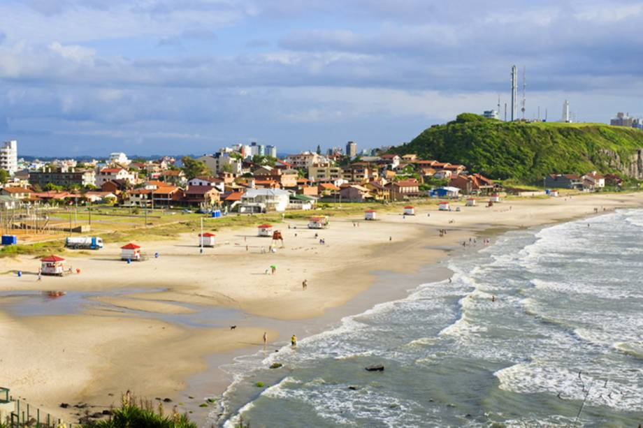 Considerado o trecho mais bonito do litoral gaúcho, a cidade de Torres tem mar esverdeado e um centrinho charmoso que convida o visitante a caminhar