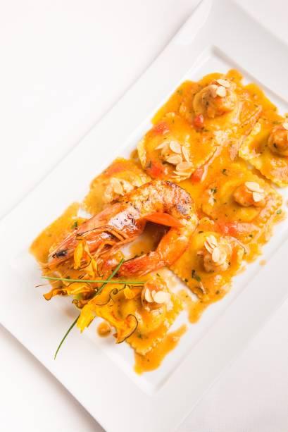 """<strong><a href=""""http://viajeaqui.abril.com.br/estabelecimentos/br-rj-rio-de-janeiro-restaurante-alloro-hotel-windsor-atlantica"""" rel=""""Alloro - Rio de Janeiro (RJ)"""">Alloro - Rio de Janeiro (RJ)</a></strong>Com vista para o mar, o salão tem bela adega. No cardápio, receitas criadas pelo chef italiano Luciano Boseggia, que passou 15 anos no três-estrelas paulistano Fasano. A especialidade da casa são os risotos. Na foto: Tortelli de abóbora com ragu de camarão e amêndoas"""