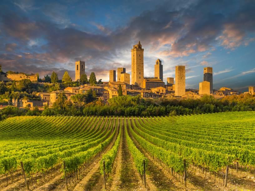 """<strong><a href=""""http://viajeaqui.abril.com.br/paises/italia"""" rel=""""Toscana"""" target=""""_self"""">Toscana</a>, <a href=""""http://viajeaqui.abril.com.br/paises/italia"""" rel=""""Itália"""" target=""""_self"""">Itália</a></strong>Romantismo é a palavra-chave para definir a região, um dos destinos mais procurados por casais que visitam o país. Entre paisagens bucólicas e cinematográficas, é possível mergulhar na cultura gastronômica local, marcada pela produção de bons queijos, vinhos e azeites. Entre os rótulos que se destacam, estão oChianti Clássico e oBrunello di Montalcino<em><a href=""""http://www.booking.com/region/it/tuscany.pt-br.html?aid=332455&label=viagemabril-vinicolas-da-europa"""" rel=""""Veja preços de hotéis na Toscana no Booking.com"""" target=""""_blank"""">Veja preços de hotéis na Toscana no Booking.com</a></em>"""