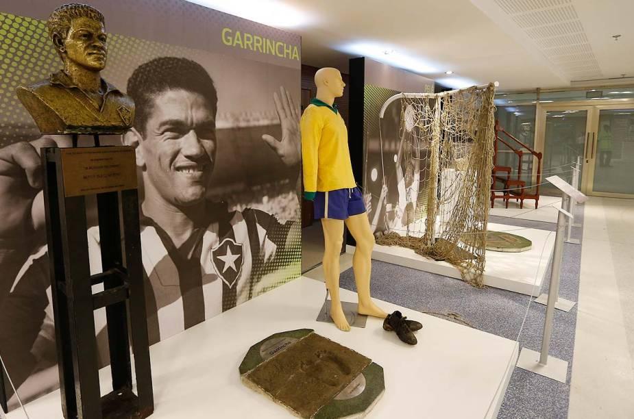 O uniforme usado por Garrincha na Copa do Mundo de 1962 é uma das grandes novidades do museu reaberto no estádio do Maracanã. Ao lado da camisa, o busto do ex-jogador e um modelo com as pernas tortas - marca registrada do craque