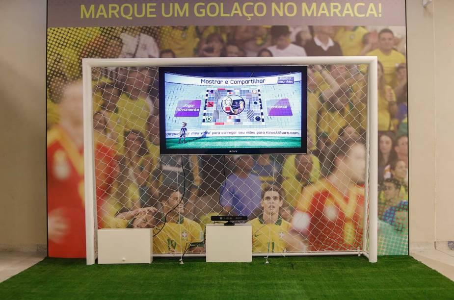 Um equipamento eletrônico permite ao visitante bater um pênalti virtual dentro do museu do Maracanã, no Rio de Janeiro