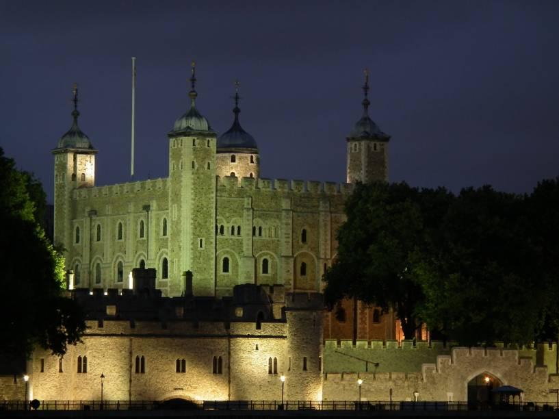 """<strong>Torre de Londres, <a href=""""http://viajeaqui.abril.com.br/paises/reino-unido"""" rel=""""Inglaterra"""" target=""""_blank"""">Inglaterra</a></strong>    Em 1066, uma enorme frota cruzou o Canal da Mancha, vinda da Normandia, para empreender a definitiva invasão da <a href=""""http://viajeaqui.abril.com.br/paises/reino-unido"""">Inglaterra</a>. Guilherme, o Conquistador, descendente de vikings que se estabeleceram no noroeste da <a href=""""http://viajeaqui.abril.com.br/paises/franca"""">França</a>, não só dominou todo o sul da Grã-Bretanha como ergueu fortificações nas cidades conquistadas ao longo de sua empreitada. A White Tower da <a href=""""http://viajeaqui.abril.com.br/estabelecimentos/reino-unido-londres-atracao-tower-of-london"""">Torre de Londres</a>, junto à margem norte do rio Tamisa, é o definitivo legado material deixado pelo soberano. Local de execução de Ana Bolena, permeado de histórias de fantasmas, casa dos corvos de asas cortadas, local de trabalho dos folclóricos guardas Yeoman Wards, os <em>beefeaters</em>, e repositório das joias da coroa, hoje é uma das mais populares atrações turísticas do país"""