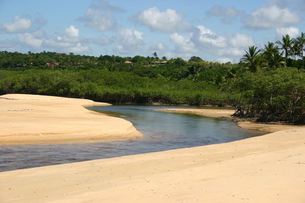 Praia do Rio da Barra tem boa faixa de areia para caminhadas, mar calmo e paisagens que impressionam