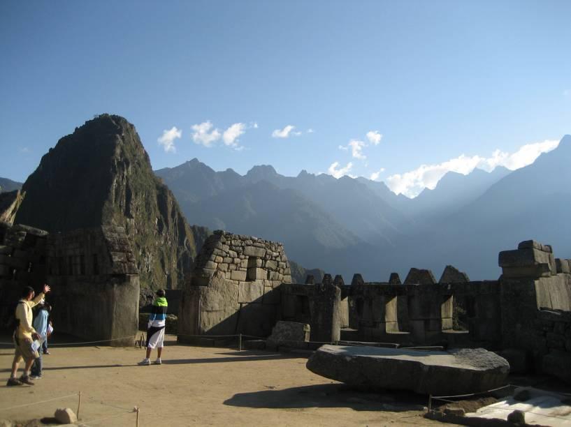 <strong>3. Três ventanas</strong>    Outra construção característica da arquitetura inca, concebida com enormes blocos de pedra finamente talhados e encaixados à perfeição. Fica de frente para a Praça Principal e mira para o Putucusi, um dos Apus, ou montanhas sagradas, no entorno de Machu Picchu. As janelas representariam os três níveis em que os incas dividiam o mundo: o céu (vida espiritual), a terra (vida mundana) e o subterrâneo (vida interior). A construção está integrada ao Templo Principal, palco dos cultos mais importantes da época incaica em Machu Picchu