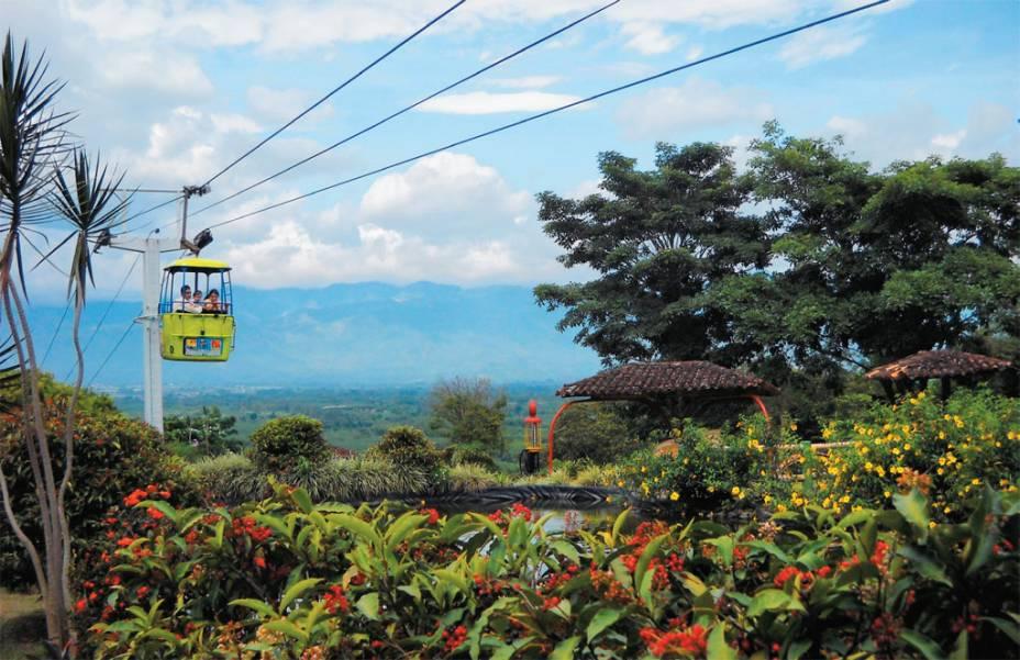 No entorno de Armenia, capital do departamento de Quindío, está o<strong>Parque Nacional del Café</strong>. É uma mistura de museu a céu aberto com parque de diversões. O teleférico da foto leva de uma ponta à outra da área que soma 52 hectares