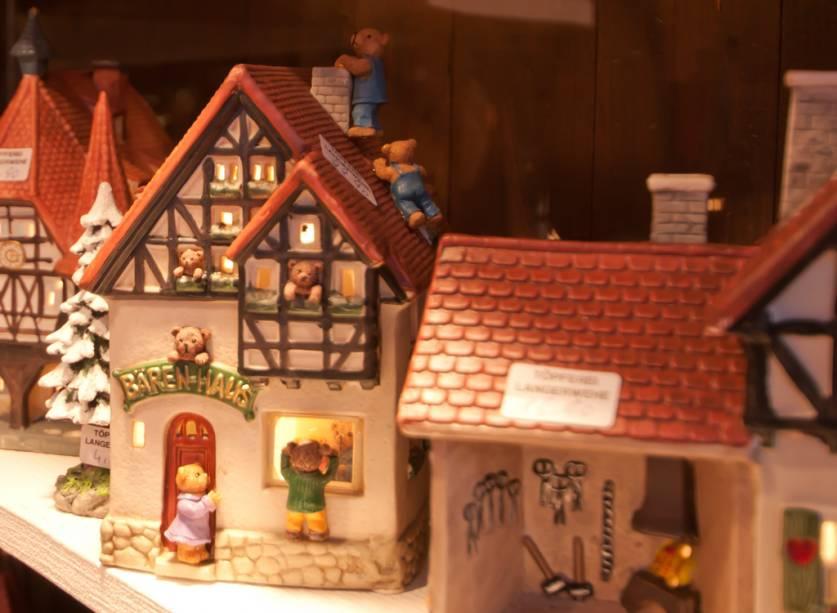 """<strong>9. Trier</strong>Trier, a cidade mais antiga da <a href=""""http://viajeaqui.abril.com.br/paises/alemanha"""" rel=""""Alemanha"""">Alemanha</a>, tem o seu centro histórico e as ruínas romanas de Porta Nigra tombados pela Unesco como Patrimônio Histórico da Humanidade. Neste cenário medieval, ao lado da milenar Catedral de São Pedro, a mais antiga da Alemanha, o mercado mantém vivas as mais autênticas tradições do Natal alemão. Um ponto forte é a gastronomia da região da Alsácia, uma das mais ricas e variadas do país.Há sempre oferta de boas linguiças assadas e as gostosas <em>kartoffelpuffer</em> (panquecas de batata), acompanhadas dos excelentes vinhos da região do Mosela.Na foto, as casinhas são feitas de marzipã, elaborado com amêndoas colhidas na região<a href=""""http://www.booking.com/city/de/trier.pt-br.html?aid=332455&label=viagemabril-natalalemanha"""" rel=""""Veja hotéis em Trier no booking.com"""" target=""""_blank""""><em>Veja hotéis em Trier no Booking.com</em></a>"""