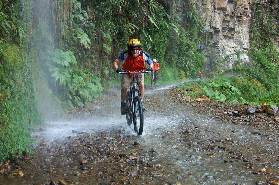"""O site de <strong>Viagem e Turismo</strong> selecionou 10 destinos aonde ir de bike faz toda a diferença. As opções vão desde as calmas ciclovias de <a href=""""http://viajeaqui.abril.com.br/cidades/holanda-amsterda"""" rel=""""Amsterdã"""" target=""""_blank"""">Amsterdã</a>, até as trilhas tortuosas e cheias de adrenalina do <strong>Camino Yungas (foto)</strong>, conhecido como rota da morte, ou uma pedalada nas formações rochosas de um vulcão ainda ativo na Sicília."""