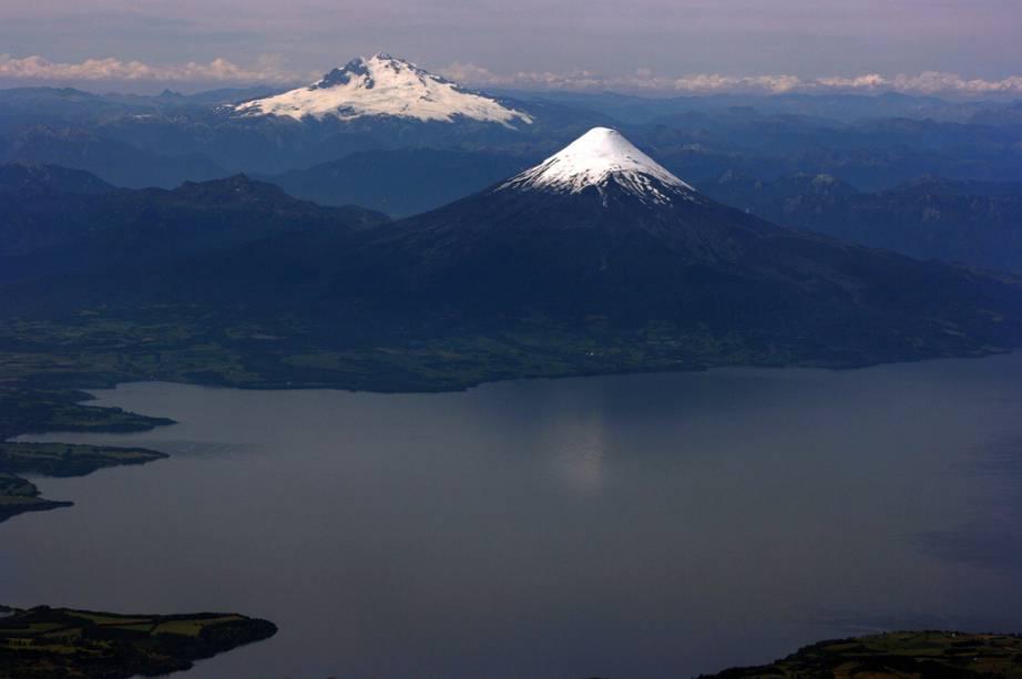 Vista aérea do Cerro Tronador, na fronteira do Chile com a Argentina, e o vulcão Osorno