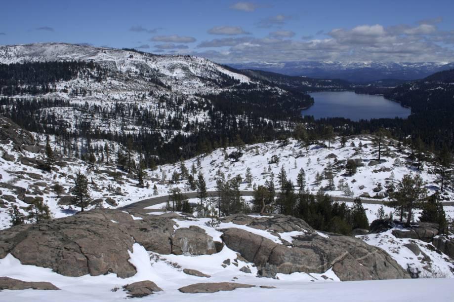 <strong>Truckee, Califórnia, Estados Unidos</strong><br />          Ao norte do Lake Tahoe na Sierra Nevada, Truckee despontou como uma Meca do esqui, com oito áreas diferentes em 24 quilômetros. Famosa pelo terreno ousado e por aparições em diversos filmes, Squaw Valley é a montanha principal com seis picos distintos. Northstar, a 9 quilômetros da cidade, é paraíso para os intermediários; Sugar Bowl tem pistas que concorrem com Squaw, mas com menor público; Tahoe Donner, logo na cidade, e Soda Springs são perfeitas para iniciantes