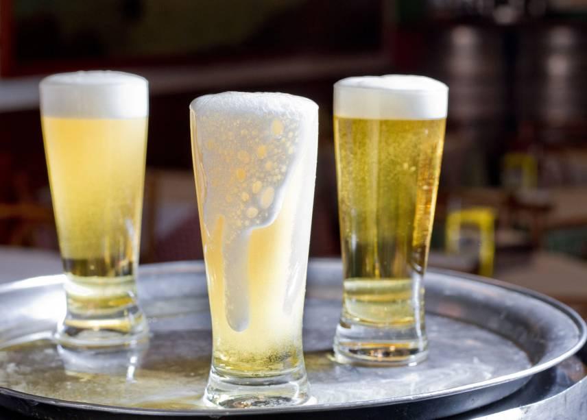 """<strong>10. Beba uma cerveja geladinha no <a href=""""http://viajeaqui.abril.com.br/estabelecimentos/br-rj-rio-de-janeiro-restaurante-jobi"""" rel=""""Jobi"""" target=""""_blank"""">Jobi</a></strong>Um dos botecos mais tradicionais do Rio serve uma das cervejas mais geladas da cidade: a tulipa de chope vem trincando, mofando, com véu de noiva, ou seja lá qual for o nome daquela névoa condensada que se forma nas paredes externas do copo de vidro.O ambiente do Jobi tem piso de ladrilhos hidráulicos, painel pintado por Nilton Bravo (artista famoso na cidade por """"decorar"""" os botecos) e – aí sim – ar condicionado. O melhor é que ele fica aberto das 10h às 4h (às sextas e sábados, o horário estende-se até as 6h). Para atender os boêmios de todas as horas."""