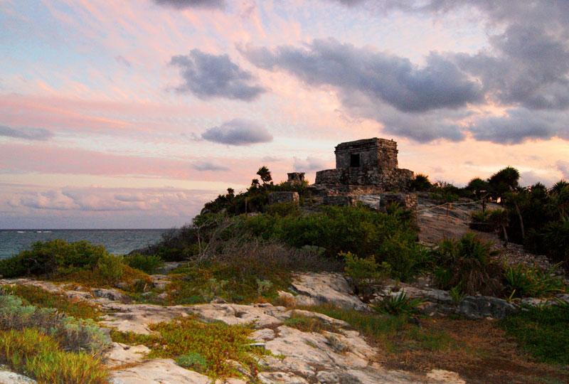 """<strong>Tulum</strong><br />Cidade maia com vista para o Mar do Caribe: aqui os amanheceres costumam proporcionar espetáculos inesquecíveis. Em seu tempo foi conhecida como """"Zamá"""", palavra maia que designa """"manhã"""""""