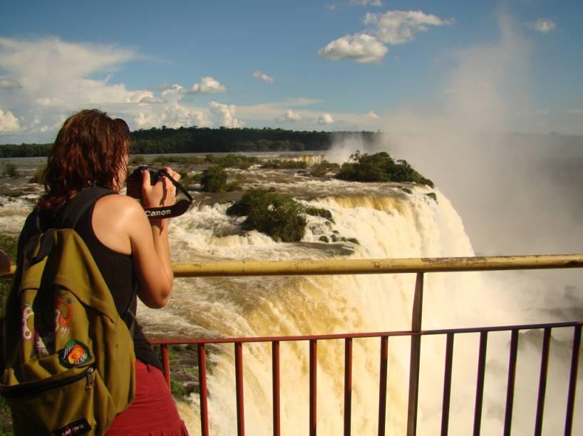 Turista fotografando o Salto Floriano, lado brasileiro