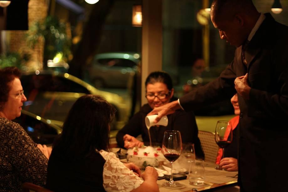 """Turistas no restaurante <a href=""""http://viajeaqui.abril.com.br/estabelecimentos/br-rj-rio-de-janeiro-restaurante-oro"""" rel=""""Oro"""">Oro</a>, no <a href=""""http://viajeaqui.abril.com.br/estados/br-rio-de-janeiro"""" rel=""""Rio de Janeiro"""">Rio de Janeiro</a>, comandado pelo Chef do Ano Felipe Bronze"""