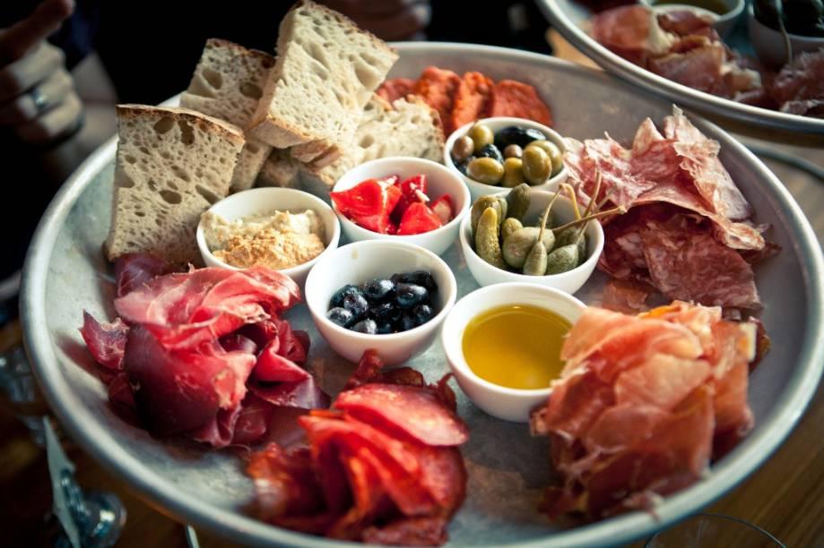 O Urban Deli é um restaurante, bar e mercadinho localizado na praça Nytorget. Suas especialidades suínas são muito apreciadas tanto por locais como por turistas