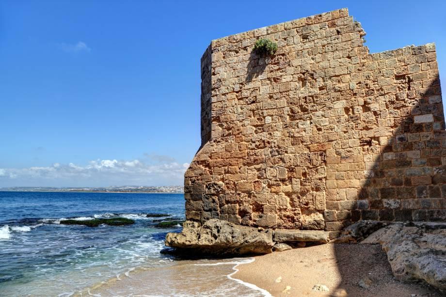 """<strong>Tyre Beach, Sur, Líbano</strong>        Está na lista das melhores praias do país, com água morna (ótima para mergulho) e um trecho de areia fina. Muitos de seus visitantes elogiam, sobretudo, aos moradores da região, conhecidos por serem extremamente atenciosos e receptivos        <em><a href=""""http://www.booking.com/city/lb/sour.pt-br.html?sid=5b28d827ef00573fdd3b49a282e323ef;dcid=4aid=332455&label=viagemabril-as-mais-belas-praias-do-mediterraneo"""" rel=""""Veja preços de hotéis em Sur no Booking.com"""" target=""""_blank"""">Veja preços de hotéis em Sur no Booking.com</a></em>"""