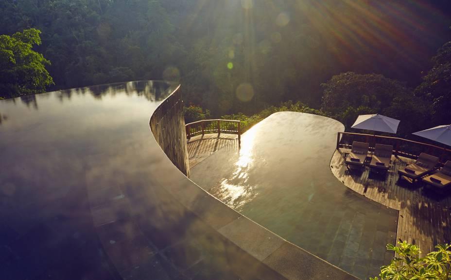 """Nadar na piscina desse belo hotel é ter a impressão de se misturar com as árvores que o cercam, que refrescam o clima. Os quartos possuem terraços privados com outras piscinas exclusivas para os hóspedes das <em>villas</em> <a href=""""http://www.booking.com/hotel/id/ubud-hanging-gardens.pt-br.html?aid=332455&label=viagemabril-as-piscinas-mais-incriveis-do-mundo"""" target=""""_blank""""><em>Veja os preços do Hanging Gardens Ubud no Booking.com</em></a>"""