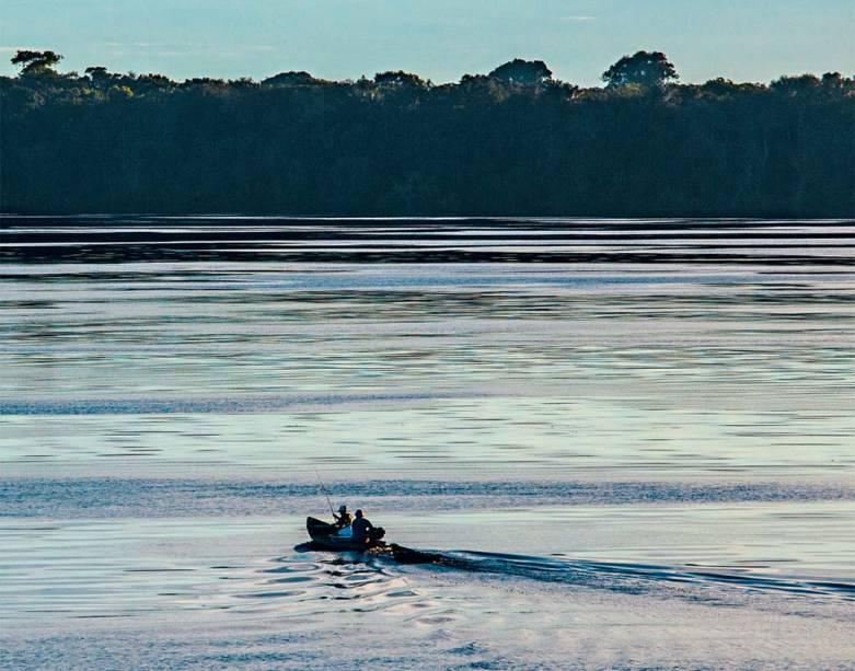 Uma canoinha de nada, nesse Rio Negro que não para, de longas beiras