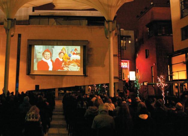 """<strong>Meeting House Square</strong><br />No coração de Temple Bar, a região boêmia da cidade, o espaço, que foi reformado em dezembro, mistura construções antigas com arquitetura contemporânea em que funcionam galerias e instituições culturais. <em>(Fleet Street, 13, <a href=""""http://www.meetinghousesquare.ie"""" rel=""""www.meetinghousesquare.ie"""" target=""""_blank"""">www.meetinghousesquare.ie</a>)</em>"""