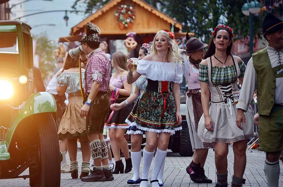 """<a href=""""http://viajeaqui.abril.com.br/cidades/br-sc-blumenau"""" rel=""""4. Blumenau(SC)"""" target=""""_self""""><strong>4. Blumenau(SC)</strong></a>                                                            Com uma das maiores edições da <a href=""""http://viajeaqui.abril.com.br/estabelecimentos/br-sc-blumenau-atracao-oktoberfest"""" rel=""""Oktoberfest"""" target=""""_self"""">Oktoberfest</a> no mundo, atrás apenas de <a href=""""http://viajeaqui.abril.com.br/cidades/alemanha-munique"""" rel=""""Munique"""" target=""""_self"""">Munique</a>, Blumenau recebe uma quantidade imensa de turistas no período"""