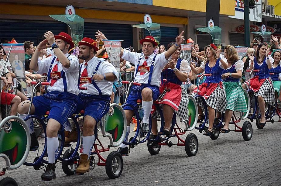 Foliões passeiam de bicicleta durante a Oktoberfest de 2014