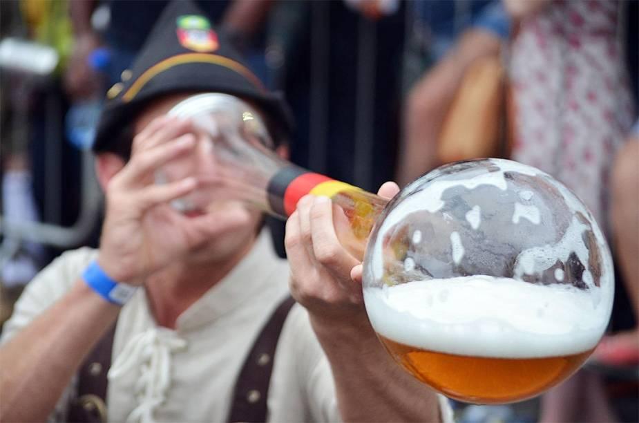 Folião bebe o tradicional chope em metro na Oktoberfest 2014